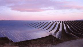 Panneaux photovoltaïques au coucher du soleil, commune des Mées (Alpes-de-Haute-Provence, France)