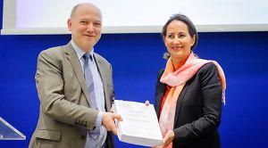 Remise du rapport de l'enquête sur la mobilité écologique à la ministre Ségolène Royal